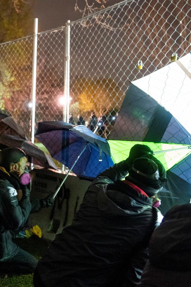 Foto: Aksi Sekelompok Kulit Hitam Cegah Ketegangan saat Protes di Minneapolis (107165)