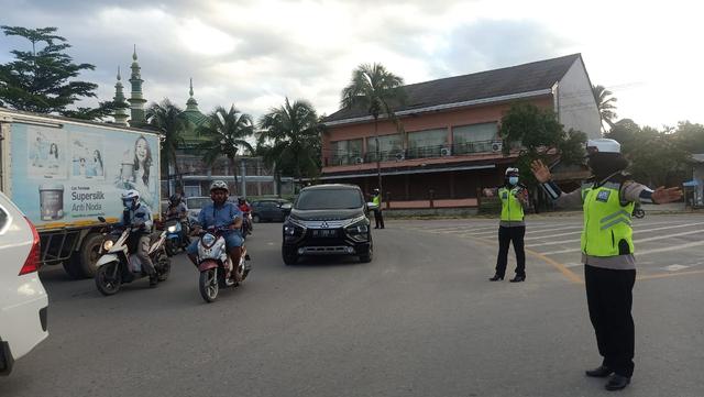 Foto: Polisi Urai Kemacetan di Pasar Tumpah Jelang Waktu Berbuka Puasa (521682)