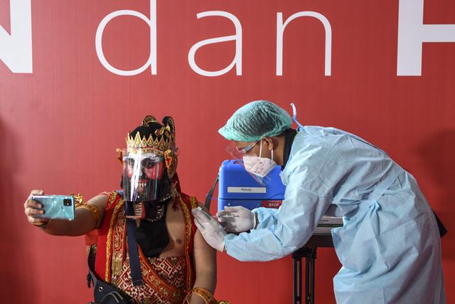 Foto: Personel Slank hingga Bimbo Disuntik Vaksin Corona (127671)