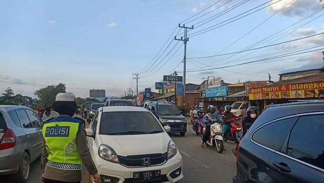 Foto: Polisi Urai Kemacetan di Pasar Tumpah Jelang Waktu Berbuka Puasa (521683)