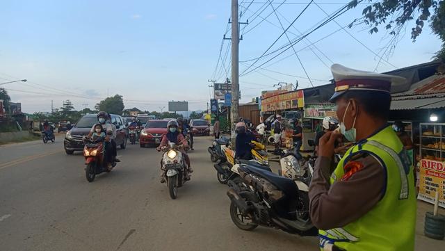 Foto: Polisi Urai Kemacetan di Pasar Tumpah Jelang Waktu Berbuka Puasa (521684)