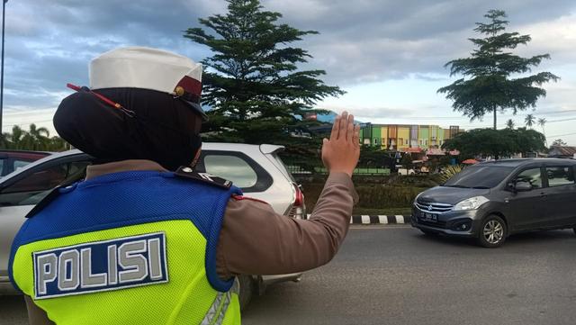 Foto: Polisi Urai Kemacetan di Pasar Tumpah Jelang Waktu Berbuka Puasa (521680)