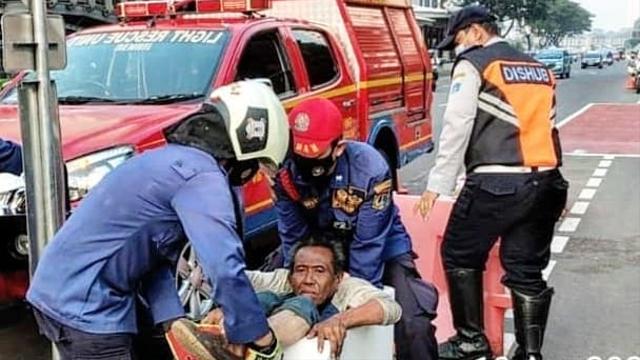 Damkar Bantu Evakuasi Pria Gangguan Jiwa yang Terjepit di Pembatas Jalur Sepeda (385851)
