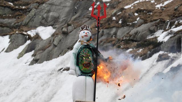 Foto: Ritual Pembakaran Manusia Salju Swiss di Pegunungan Alpen (609157)