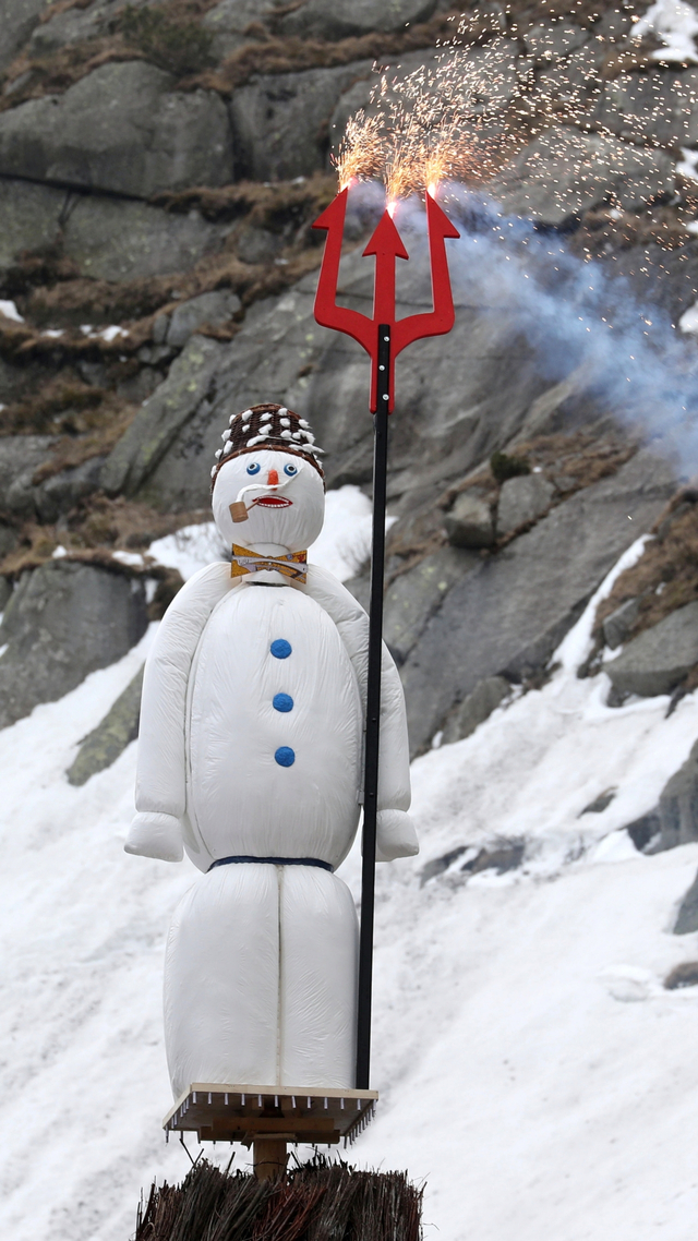 Foto: Ritual Pembakaran Manusia Salju Swiss di Pegunungan Alpen (609156)