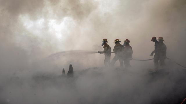 Foto: Aksi Petugas Damkar Memadamkan Kebakaran Lapak Ban Bekas di Bogor (73739)