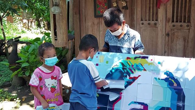 FOTO: Menyusun Puzzle RA Kartini (120575)