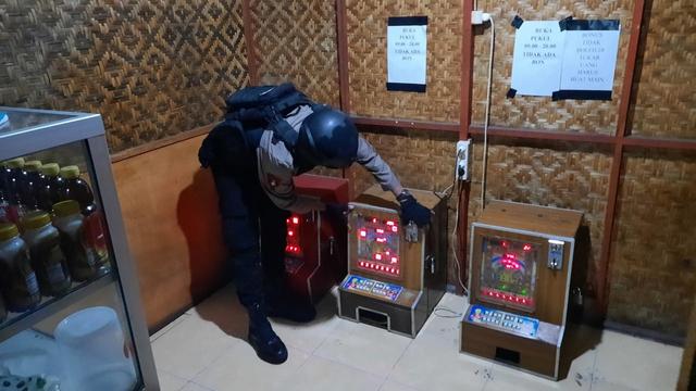 Polisi Solo Menyita 3 Mesin Dingdong dari Warung Makan (55046)