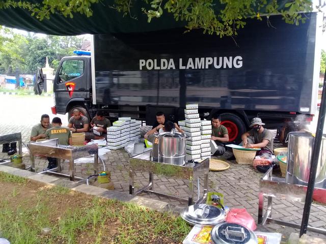 Polda Lampung Buka Dapur Lapangan, Bagikan Paket Makanan Buka Puasa Gratis (285761)