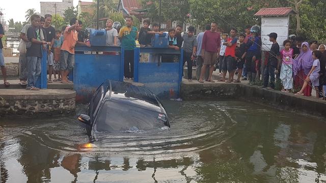 Hindari Pemotor, Sebuah Mobil Terjun ke Saluran Irigasi di Polewali Mandar (88651)