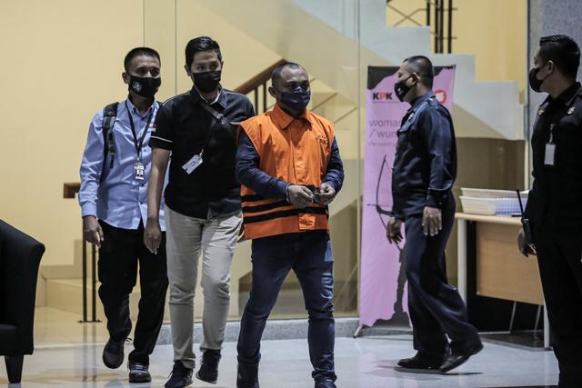 Foto: Saat Penyidik KPK Pakai Rompi Tahanan KPK (586879)