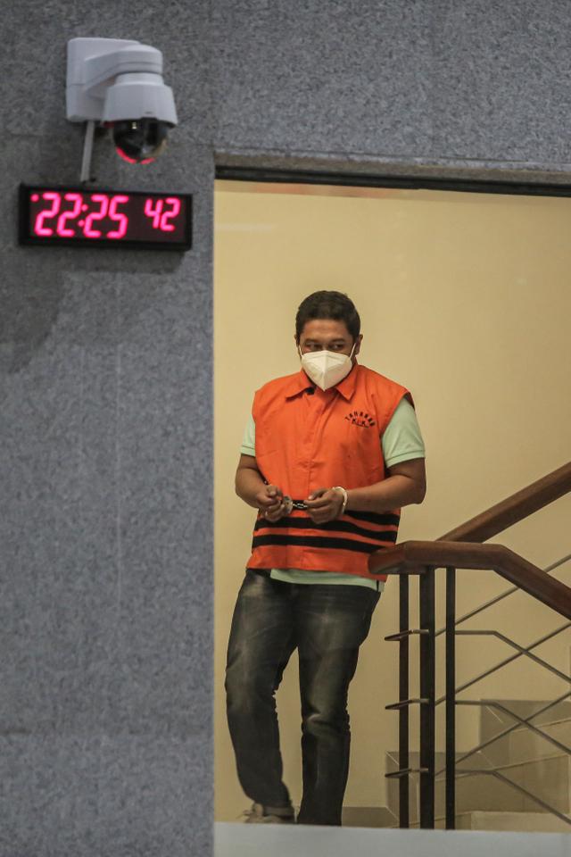 Foto: Saat Penyidik KPK Pakai Rompi Tahanan KPK (586878)