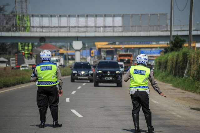 Penyekatan Pemudik di Tol Soreang dan Cileunyi, Ribuan Kendaraan Diputar Balik (575599)