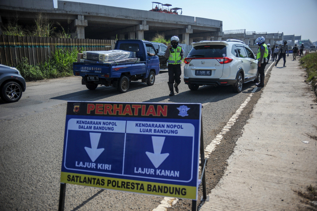 Foto: Penyekatan Kendaraan di Gerbang Keluar Tol Cileunyi (35694)