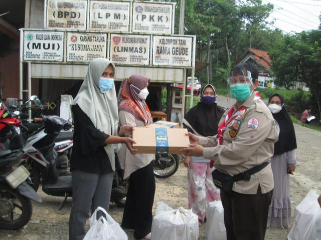 Kwarcab Bogor Salurkan Rantang Cinta di Sirnajaya, Sukamakmur (29029)