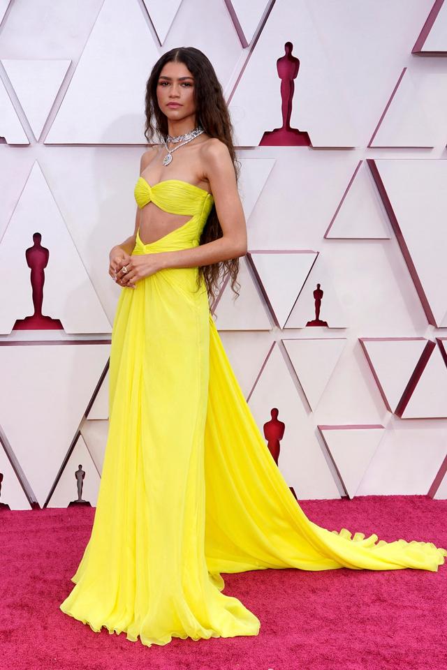 14 Tampilan Gaun Terbaik Selebriti di Oscars 2021 (6)
