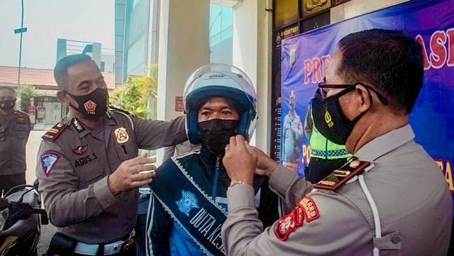 Pemotor Viral yang Lepas Tangan di Bintaro Ditunjuk Jadi Duta Lalu Lintas (102754)