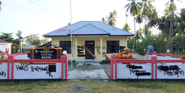 Tolak Pengaktifan Kepala Desa, Staf Palang Kantor Desa di Halmahera Selatan (196358)