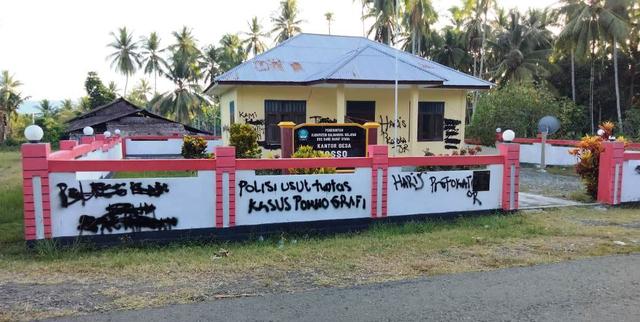 Tolak Pengaktifan Kepala Desa, Staf Palang Kantor Desa di Halmahera Selatan (196359)