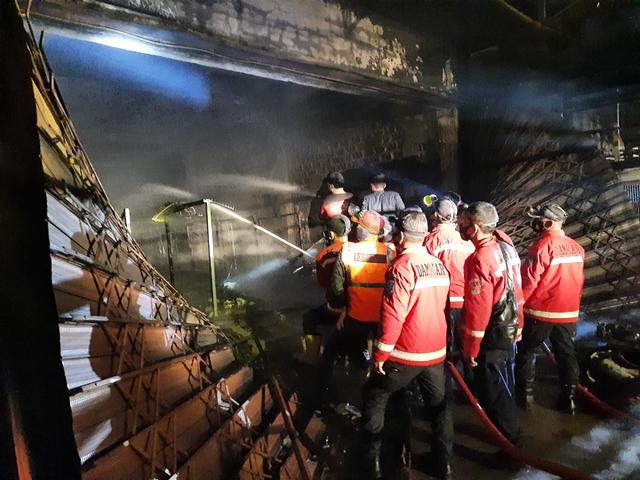 Kebakaran Pasar Inpres Sintang: 3 Jam Petugas Damkar Berjuang Padamkan Api (39723)