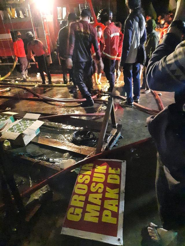 Kebakaran Pasar Inpres Sintang: 3 Jam Petugas Damkar Berjuang Padamkan Api (39724)