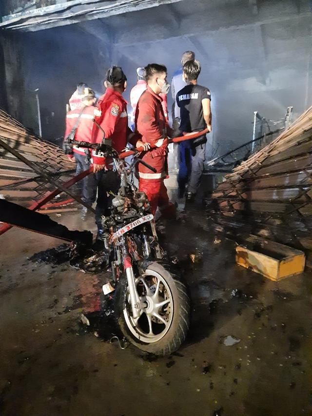 Kebakaran Pasar Inpres Sintang: 3 Jam Petugas Damkar Berjuang Padamkan Api (39725)