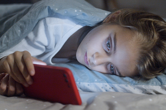 Cahaya Biru dari Layar HP Ternyata Dianggap Bukan Penyebab Gangguan Tidur (180249)