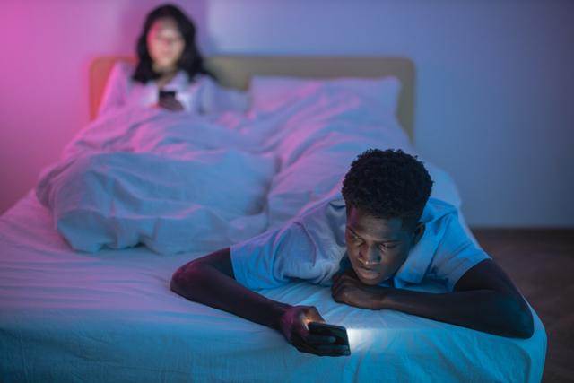 Cahaya Biru dari Layar HP Ternyata Dianggap Bukan Penyebab Gangguan Tidur (180250)