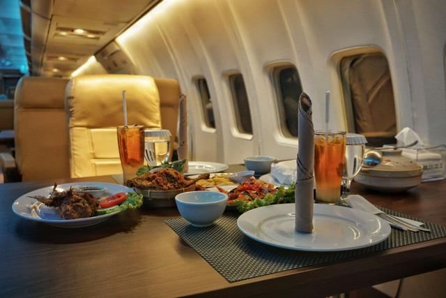 Pertama di Lampung, Rumah Kayu Hadirkan Pengalaman Makan di Dalam Pesawat (650393)
