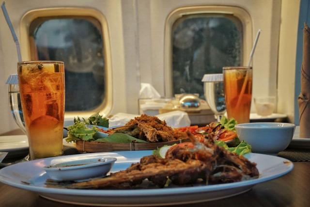 Pertama di Lampung, Rumah Kayu Hadirkan Pengalaman Makan di Dalam Pesawat (650394)