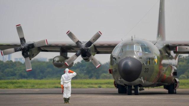Pasien Kanker di Natuna Diterbangkan dengan Hercules TNI Menuju Batam (345420)