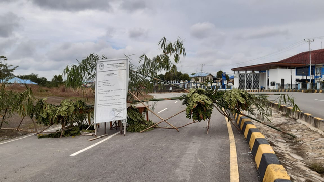 Belum Terima Ganti Rugi Lahan, Ahli Waris Tutup Jalan Negara Menuju Malaysia (619132)