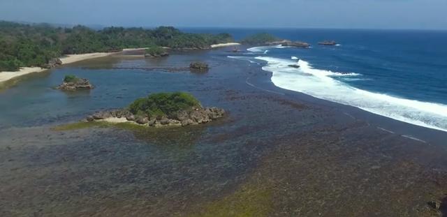 Tenangnya Gulungan Ombak di Pantai Banyu Meneng Malang (94926)