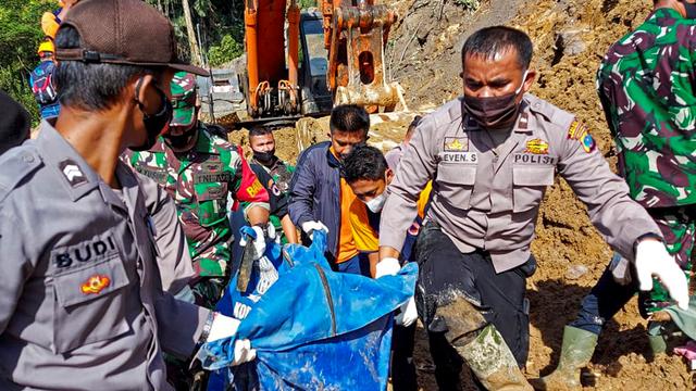 Foto: Evakuasi Korban Longsor di Kawasan Proyek PLTA Tapanuli Selatan (962557)