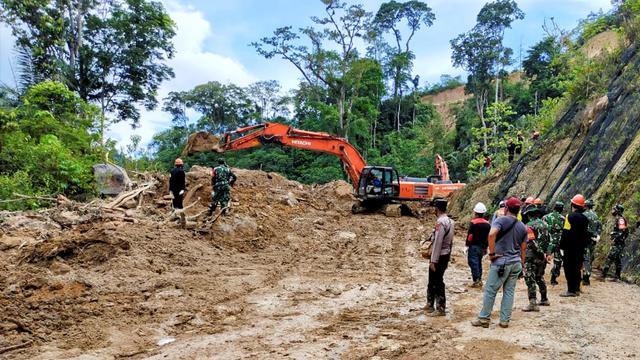 Foto: Evakuasi Korban Longsor di Kawasan Proyek PLTA Tapanuli Selatan (962560)