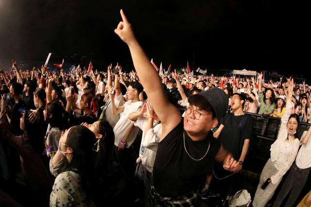 Foto: Ribuan Warga Wuhan Berpesta di Festival Musik (55515)