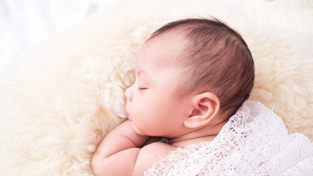 Kenapa Bayi yang Sedang Tidur Lelap Terbangun Kalau Diletakkan di Kasur? (53054)