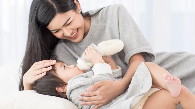 Cara Ajari Bayi Pegang Botol Susu Sendiri (27765)