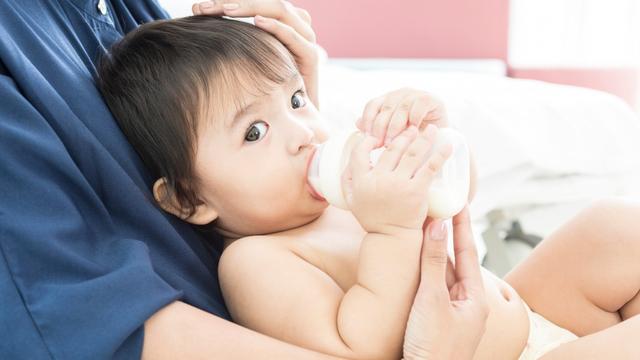 Cara Ajari Bayi Pegang Botol Susu Sendiri (27766)