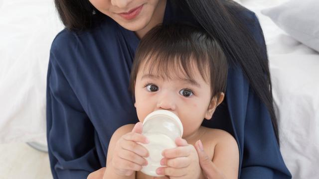 Cara Ajari Bayi Pegang Botol Susu Sendiri (27767)