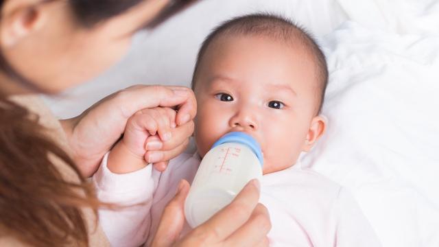 Cara Ajari Bayi Pegang Botol Susu Sendiri (27764)