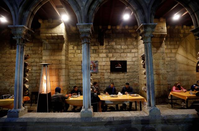 Saat Pintu Gereja Barcelona Terbuka bagi Umat Muslim Berbuka Puasa (129137)