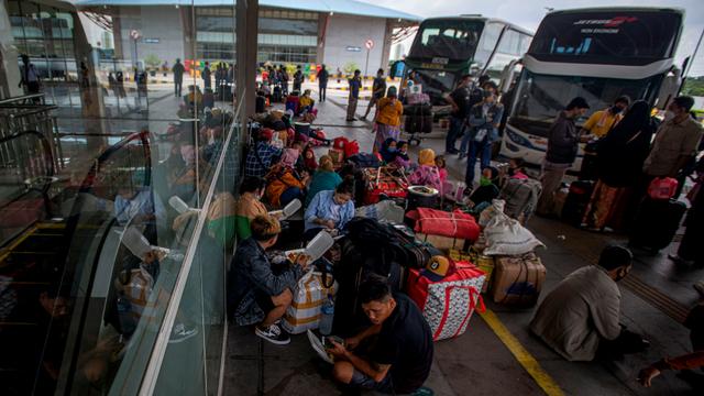 Foto: Suasana di Terminal Pulogebang Jelang Masa Larangan Mudik (6364)
