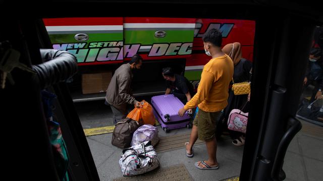 Foto: Suasana di Terminal Pulogebang Jelang Masa Larangan Mudik (6365)