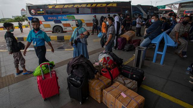 Foto: Suasana di Terminal Pulogebang Jelang Masa Larangan Mudik (6361)