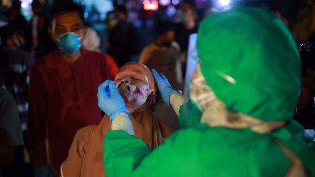 Video: Pemeriksaan Tes Antigen Penumpang Bus di Terminal Batoh, Banda Aceh (100268)
