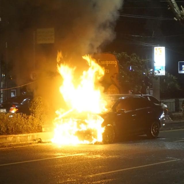 Diduga Alami Korsleting, Mobil Sedan Terbakar di Depan PTPN 7 Bandar Lampung (410497)