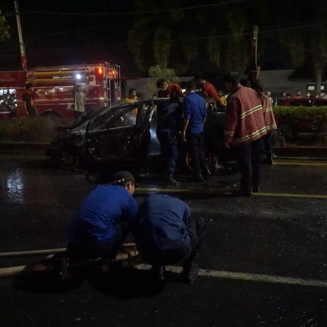 Diduga Alami Korsleting, Mobil Sedan Terbakar di Depan PTPN 7 Bandar Lampung (410500)
