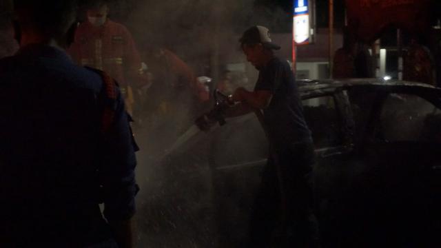Diduga Alami Korsleting, Mobil Sedan Terbakar di Depan PTPN 7 Bandar Lampung (410499)