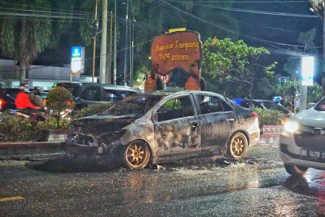Diduga Alami Korsleting, Mobil Sedan Terbakar di Depan PTPN 7 Bandar Lampung (410501)